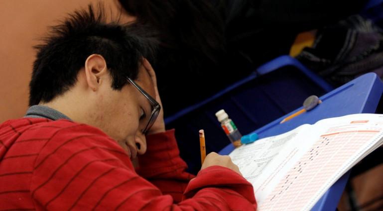 PUEBLA, PUEBLA, 01ABRIL2014.- Miles de alumnos de tercer año de educación media superior realizaron la prueba enlace aplicado por la Secretaría de Educación Pública SEP, para medir el nivel y la calidad educativa. FOTO: HILDA RÍOS /CUARTOSCURO.COM