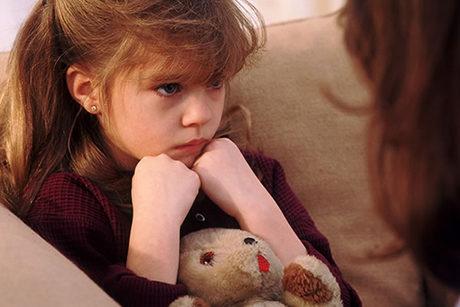 niña triste udoktora escuchando